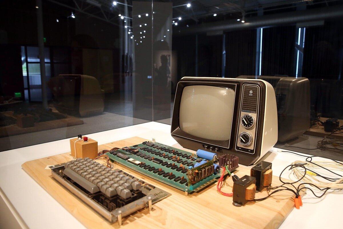Cumpetul Apple 1 a fost aruncat la gunoi de o femeie din Statele Unite. Valoarea acestuia fiind de 200.000 dolari.