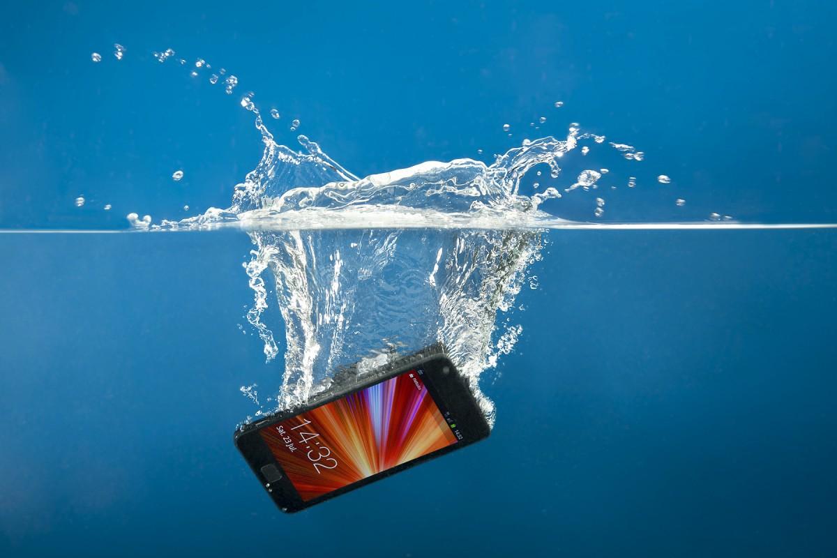 Cum repari un telefon cazut in apa